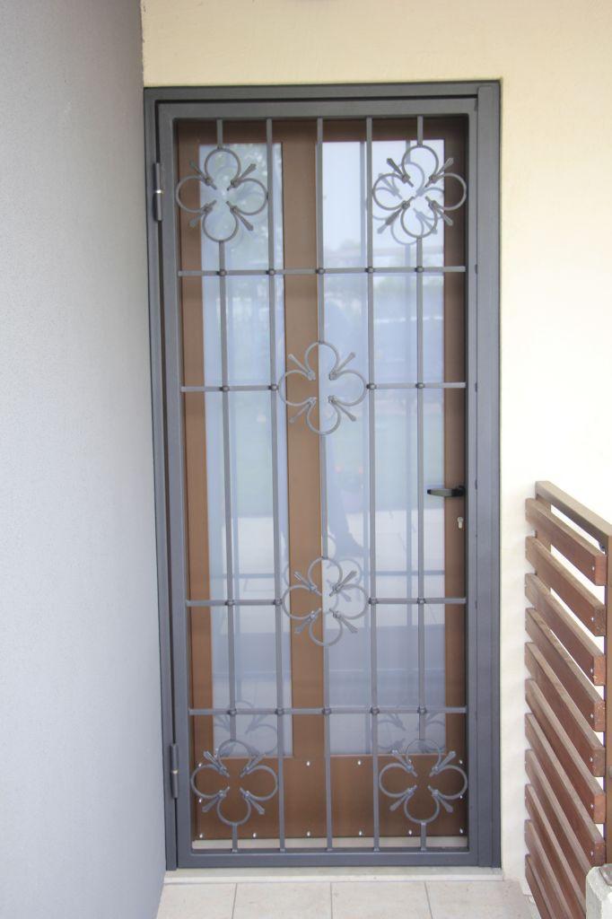 Inferriate di sicurezza per finestre garmilli fabbro verona for Grate in legno per balconi